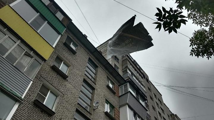 С Череповецкой многоэтажки сильный ветер сорвал огромный баннер