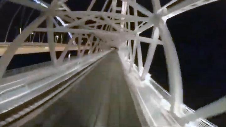 Неизвестный проехал по Крымскому мосту на крыше пассажирского поезда