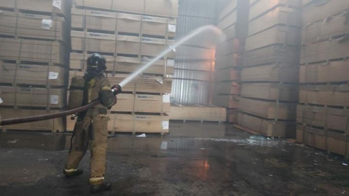 В Саратове произошел пожар на станции техобслуживания