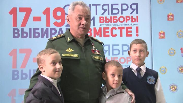 Сергей Шойгу проголосовал в Кубинке и сфотографировался с детьми