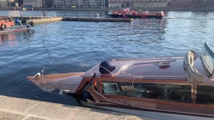 Катер затонул после столкновения с опорой моста в Петербурге