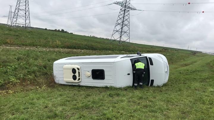 11 пострадавших: пассажирский микроавтобус перевернулся под Вологдой