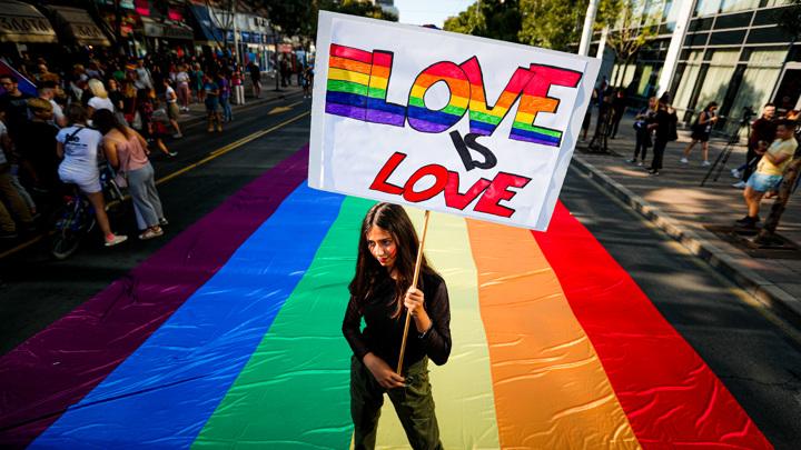 В Сербии против ЛГБТ-активистов выставили кулаки и иконы