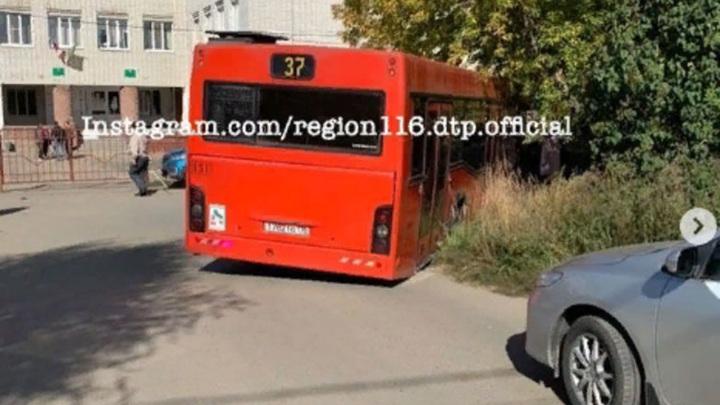 В Казани автобус провалился в яму у школы