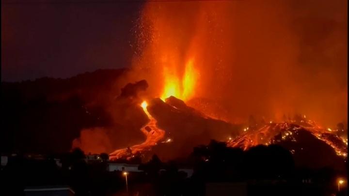 Лаваизвергающегося вулкана на испанском острове Пальма разрушили более 150 домов