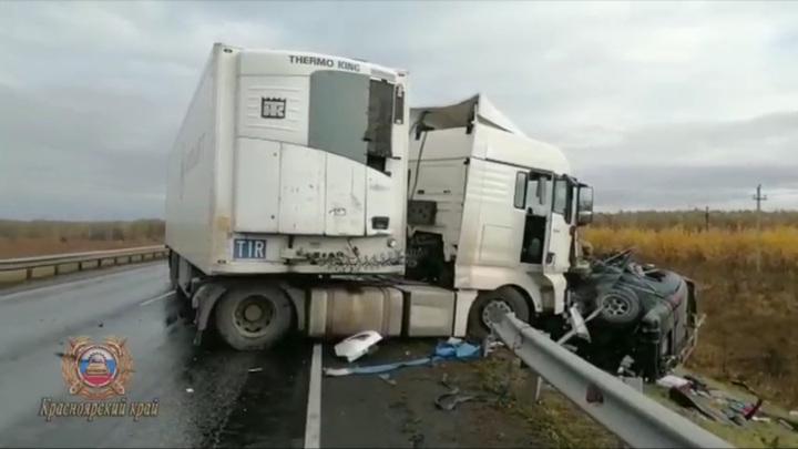 Под Красноярском минивэн влетел в фуру, погибли два человека