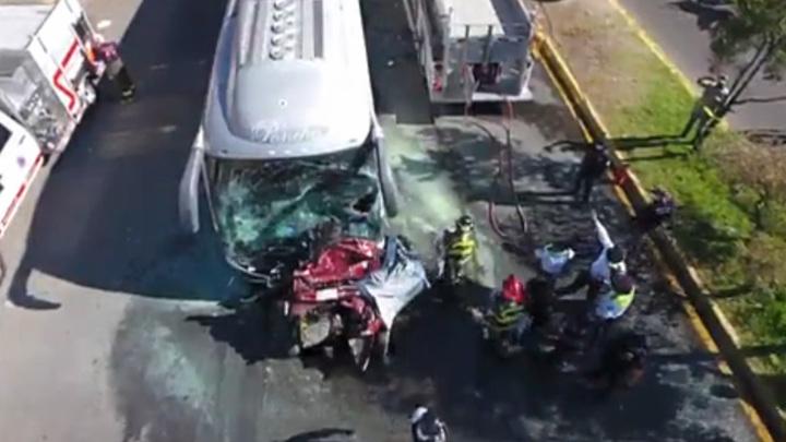 На видео попал момент смертельной аварии автобуса и пяти машин в Мексике