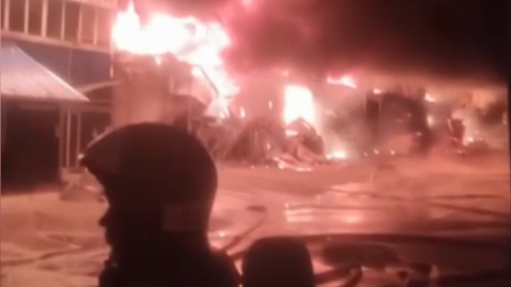 Пожар на складе в Черноголовке охватил уже 3000 квадратных метров