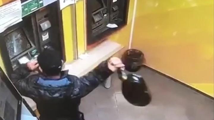 """""""Где мои деньги?"""": в Дудинке мужчина разгромил банкомат сковородой"""