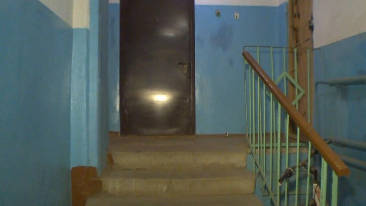 В Смоленске двое мужчин избили и ограбили пенсионера в лифте