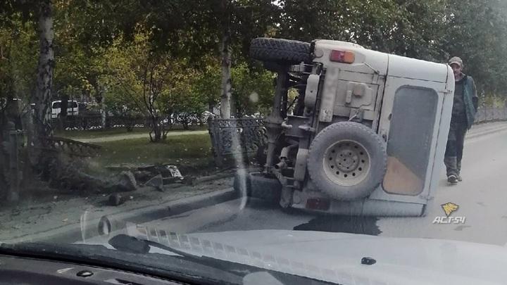 В Новосибирске автомобиль врезался в ограждение и перевернулся