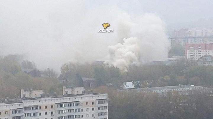 """""""Дышать нечем"""": жители одного из районов Новосибирска пожаловались на дым"""