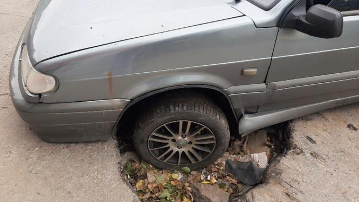 В Ельце автомобиль пострадал из-за огромной ямы в асфальте