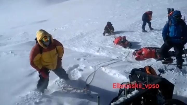 Тела погибших туристов спустили с вершины Эльбруса