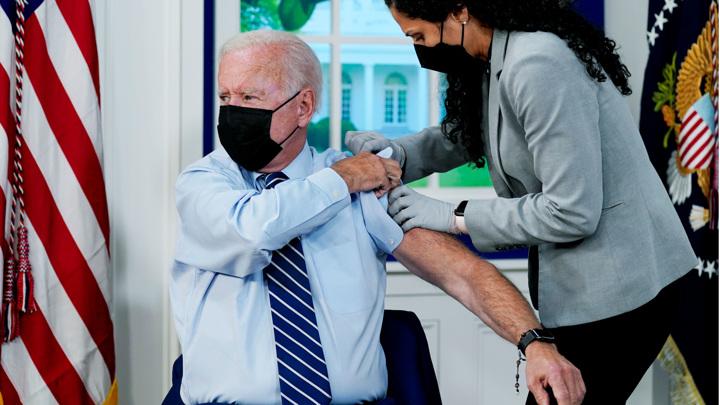 Был в хорошем настроении и шутил: Байден получил третью дозу вакцины