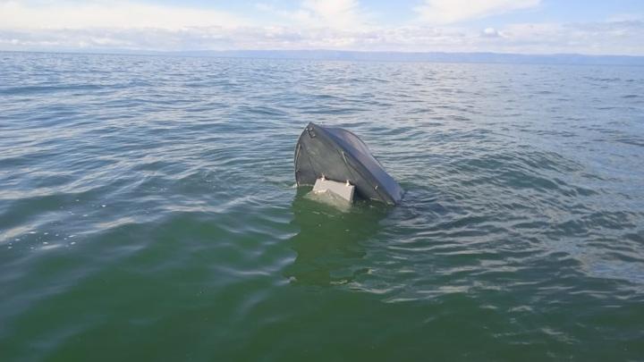 Спасатели показали лодку пропавших на Байкале рыбаков