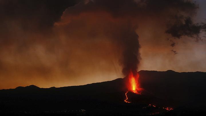 Извержение вулкана на Канарах длится ровно месяц