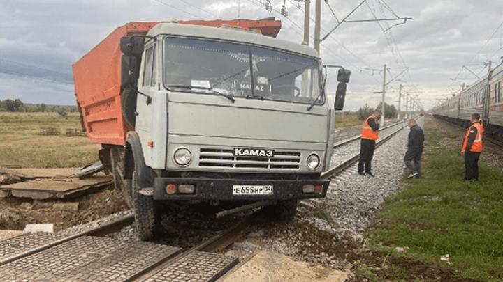 """Пассажирский поезд, следовавший из Адлера в Читу, протаранил """"КамАЗ"""""""