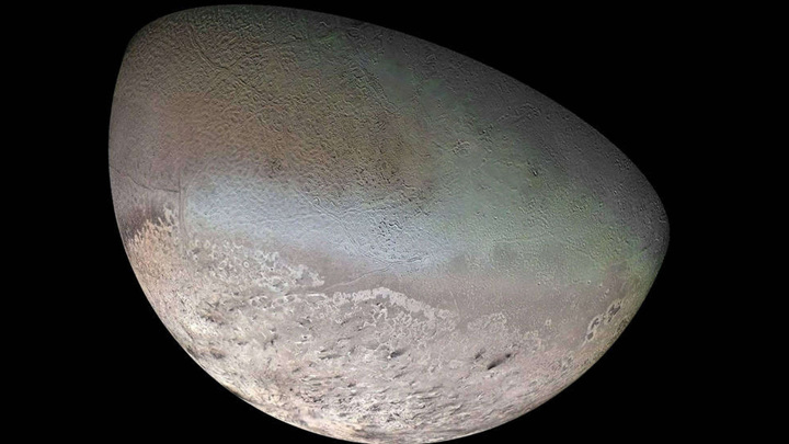 Составное изображение крупнейшей луны Нептуна — Тритона.