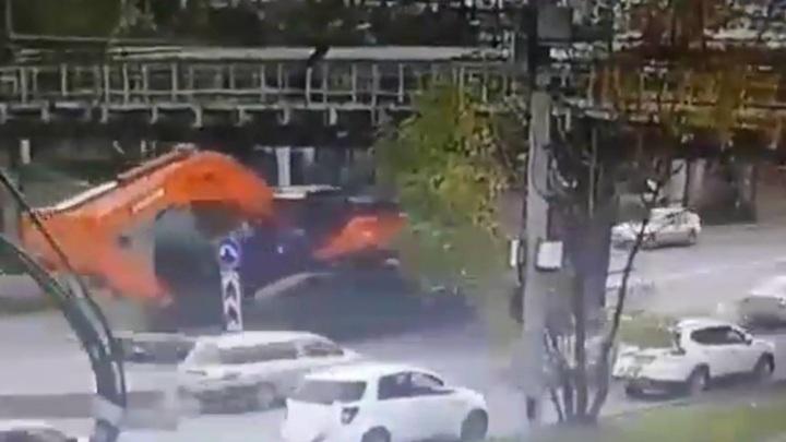 Водитель грузовика снес часть виадука во Владивостоке