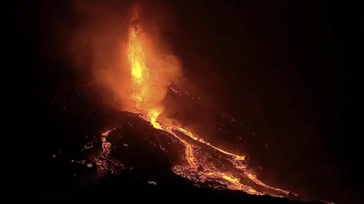 """Вулкан на испанском острове Пальма начал выброс """"горящих шаров"""""""