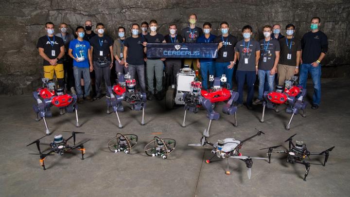 Команда победителей и их четвероногие роботы.