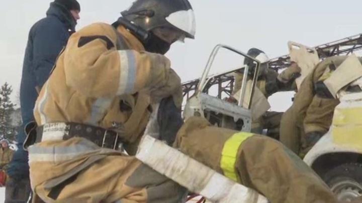 В центре Казани пожарные вынесли женщину из горящей квартиры