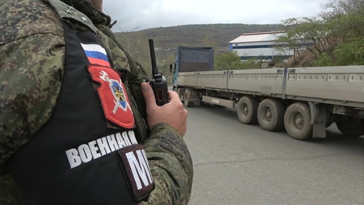 Российские миротворцы в Нагорном Карабахе сопроводили 40 грузовиков из Азербайджана