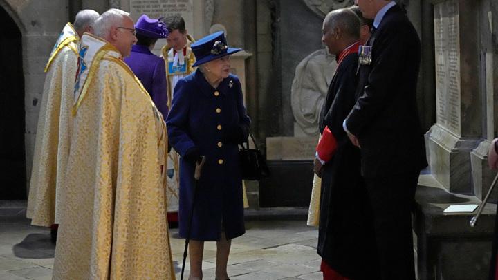 Елизавета II впервые появилась на публике с тростью