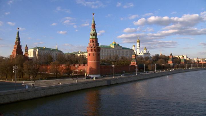 Сильный ветер в Москве повредил зубцы на стенах Кремля
