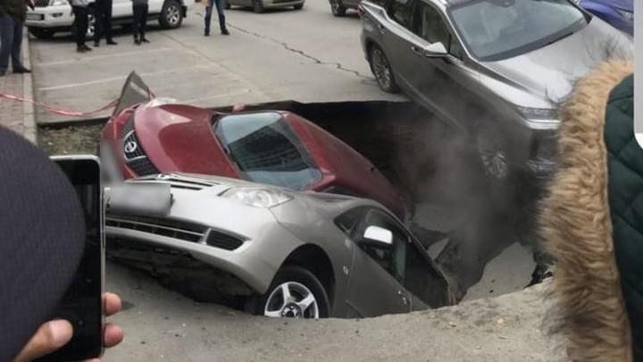 Новосибирскую яму с кипятком, куда провалились авто, устранят до утра
