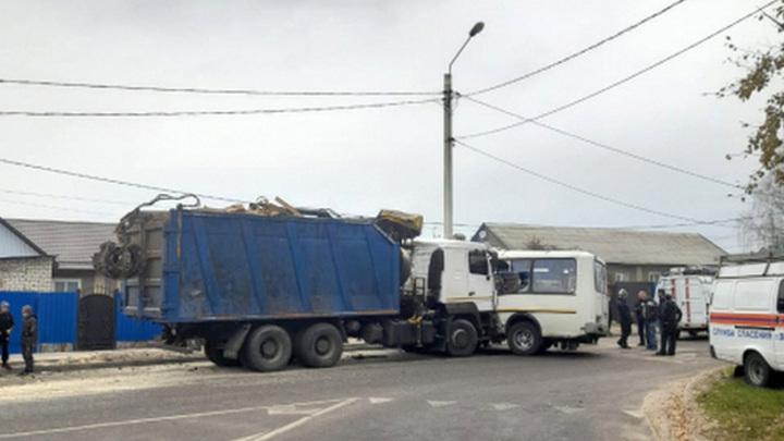 В Воронеже столкнулись автобус и грузовик. СК начал проверку