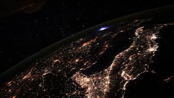 Астронавт поделился видом на неземное голубое сияние