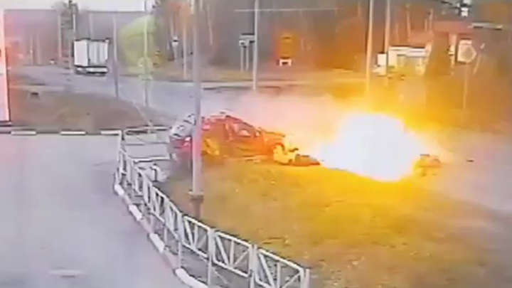 Два человека погибли в огненном ДТП с мотоциклом. Видео
