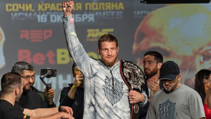 Минеев нокаутировал Исмаилова в главном бою турнира AMC Fight Nights 105