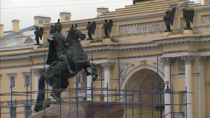 На Сенатской площади приступили к реставрации памятника Петру Первому