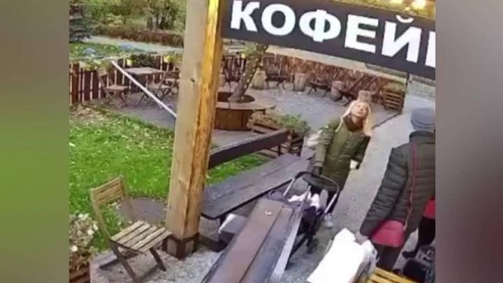 Арматура с крыши чуть не убила женщину с коляской