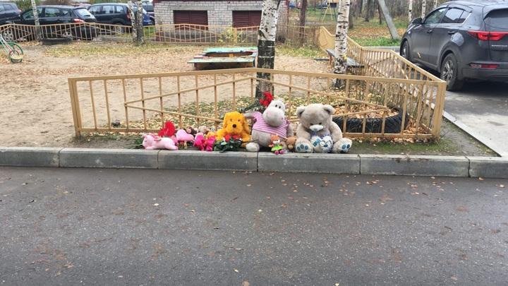 Скорбящие жители Вологды несут цветы и игрушки к дому убитой девочки