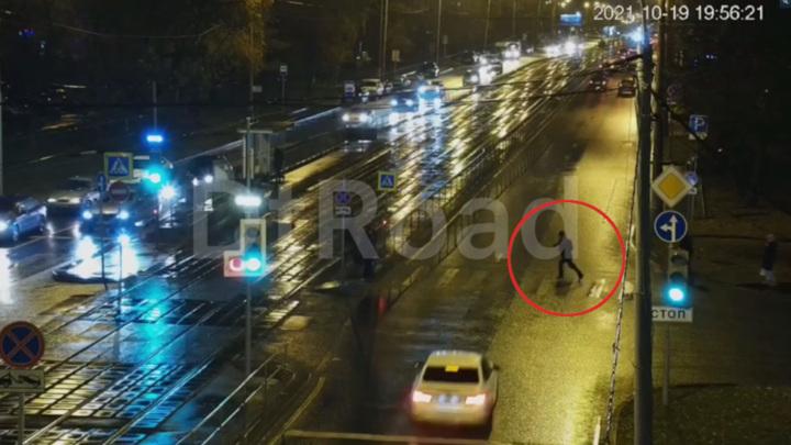 Момент аварии с пешеходом в Москве сняла камера видеонаблюдения