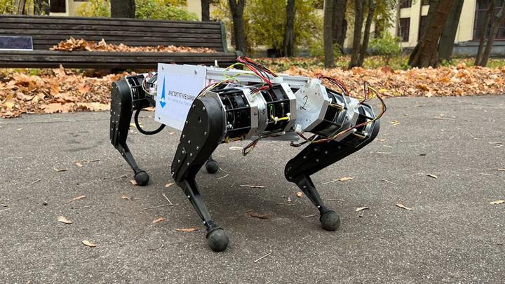Пока робот продемонстрировал только базовые навыки ходьбы, но исследователи работают над усовершенствованием системы.