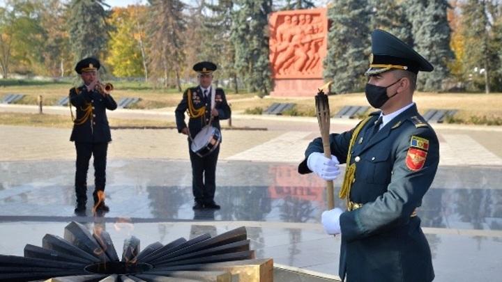 Жители Кишинева принесли свечи к потухшему Вечному огню