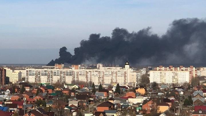 Пожарные в Новосибирске тушат покрышки