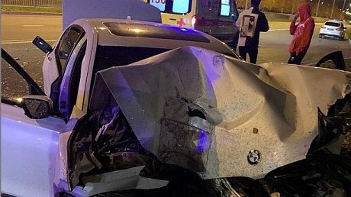 В Набережных Челнах BMW снесла остановку и влетела в столб