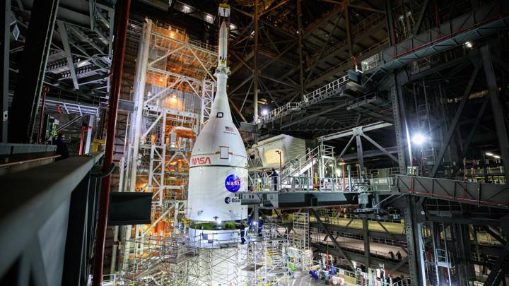 """Космический корабль """"Орион"""" успешно установлен на сверхтяжёлую ракету Space Launch System."""