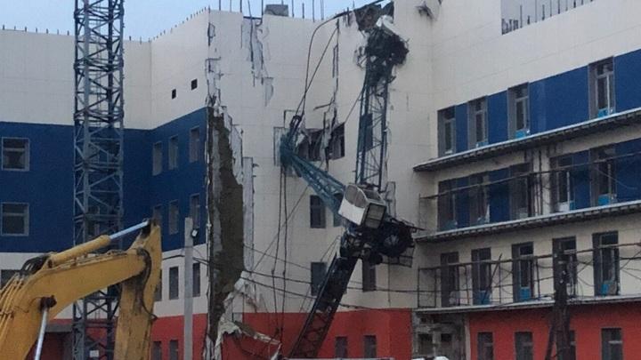 Башенный кран рухнул на строящуюся поликлинику в Хабаровске