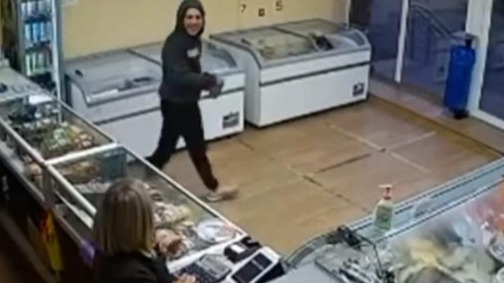 Улыбчивые воры: детдомовцы терроризируют продавцов магазина
