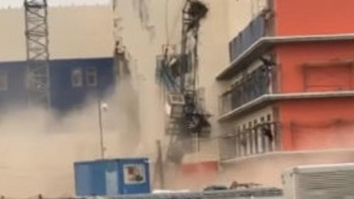 По факту падения строительного крана в Хабаровске возбуждено дело