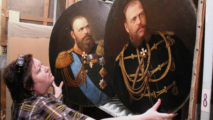 Елена Мойкина, главный хранитель всех уникальностей, что мы увидели в музейных хранилищах. Тут – живописные портреты Александра III из тверского имения князей Куракиных в Волосово-Степановском.