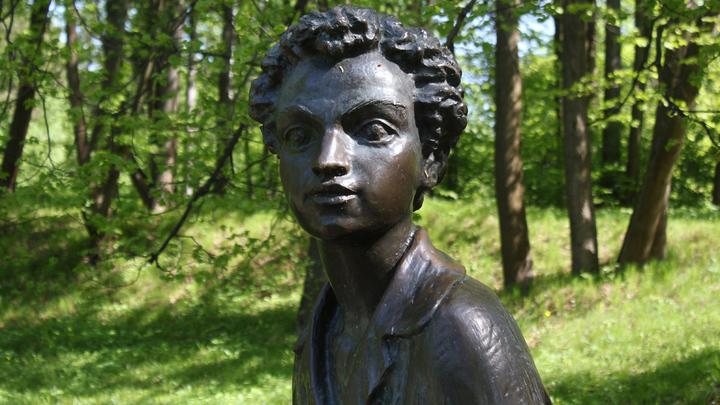 Пушкин: «Мне видится мое селенье…Мое Захарово». Памятник в музее-усадьбе. Работа Одинцовского скульптора  Алексея Хижняка.