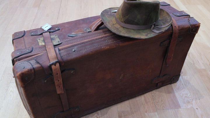 Кабинет Бродского.Китайский чемодан, с которым Иосиф уехал из Ленинграда в эмиграцию – тоже «вернулся...»